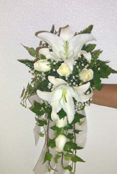 Beyaz lilyum güllerden gelineli
