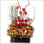 sepet içerisinde güller   çiçekçi mağazası