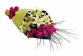 1 lilyum ve 7 gülden buket   internetten çiçek siparişi
