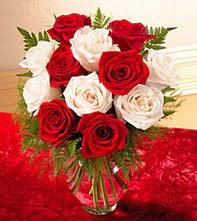 Polatlı uluslararası çiçek gönderme  5 adet kirmizi 5 adet beyaz gül cam vazoda