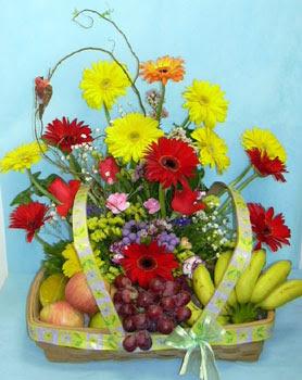 Polatlı cicek , cicekci  sepet içerisinde meyva ve çiçekler