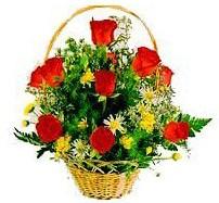 çiçekçi mağazası  sepet içerisinde 11 adet gül ve kir çiçekleri