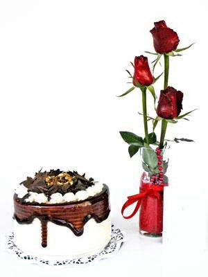 ucuz çiçek gönder  3 adet gül cam yada mika vazoda  ve yaspasta