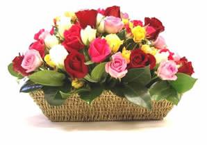 çiçekçi mağazası  karisik 15 adet gül sepet modeli