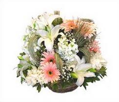internetten çiçek siparişi  karisik çiçekler sepet içerisinde