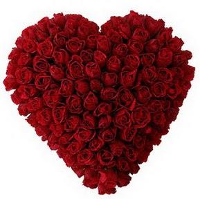 çiçekçi mağazası  muhteşem kırmızı güllerden kalp çiçeği