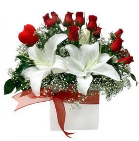 çiçekçi mağazası  1 dal kazablanka 11 adet kırmızı gül vazosu