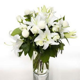 Polatlı çiçek gönderme sitemiz güvenlidir  1 dal cazablanca 7 adet beyaz gül vazosu
