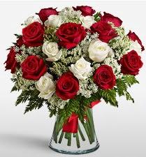 Vazoda 12 kırmızı 12 beyaz gül tanzimi  Polatlı uluslararası çiçek gönderme