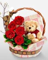 sepet içerisinde 5 adet gül ve 15 cm ayıcık  internetten çiçek siparişi