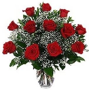çiçekçi mağazası  12 adet kırmızı gülden vazo tanzimi