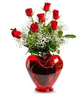 Kalp cam içinde 7 adet kırmızı gül çiçek siparişi sitesi