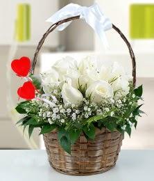 Sepet içerisinde 7 adet beyaz gül çiçek siparişi sitesi