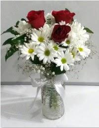 cam vazoda 3 adet kırmızı gül ve papatyalar  Polatlı internetten çiçek satışı