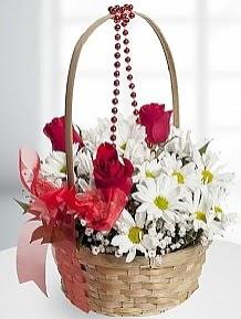 Sepet içerisinde 5 kırmızı gül ve krizantem  Polatlı internetten çiçek satışı