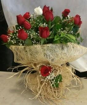Kız isteme çiçeği 20 kırmızı 1 beyaz çiçek siparişi sitesi