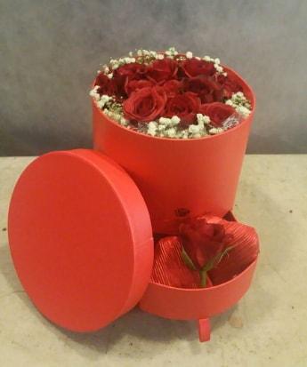 Çekmeceli kutu içerisinde çikolata ve güller  Polatlı çiçek satışı
