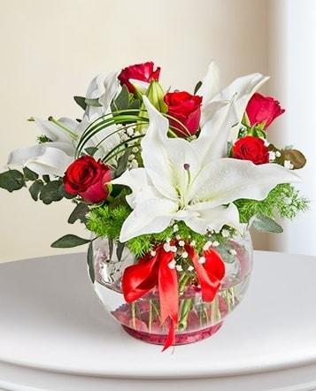 Fanus Vazoda 2 Lilyum ve 5 Gül Dansı  Polatlıda çiçek firması çiçek gönderme