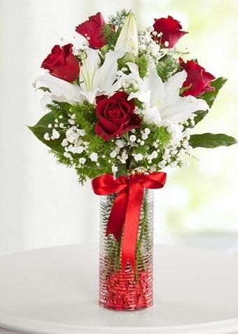 Vazoda Muhteşem Ahenk 2 lilyum 5 kırmızı gül  Polatlı çiçek gönderme sitemiz güvenlidir
