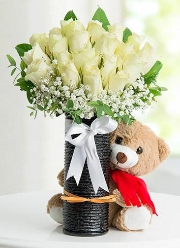 Cam vazoda 25 beyaz gül ve peluş ayı  Polatlı çiçek satışı