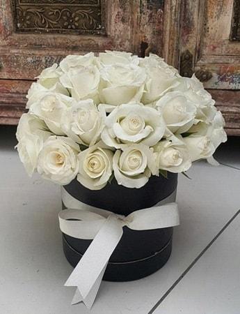 33 adet beyaz gülden görsel kutu tanzimi  internetten çiçek siparişi