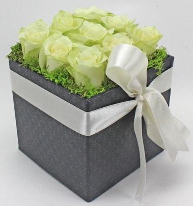 9 adet beyaz gülden özel kutu çiçeği çiçek siparişi sitesi