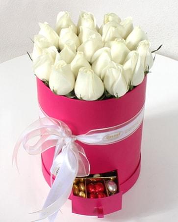 25 adet beyaz gül özel kutuda çekmecede çikolata
